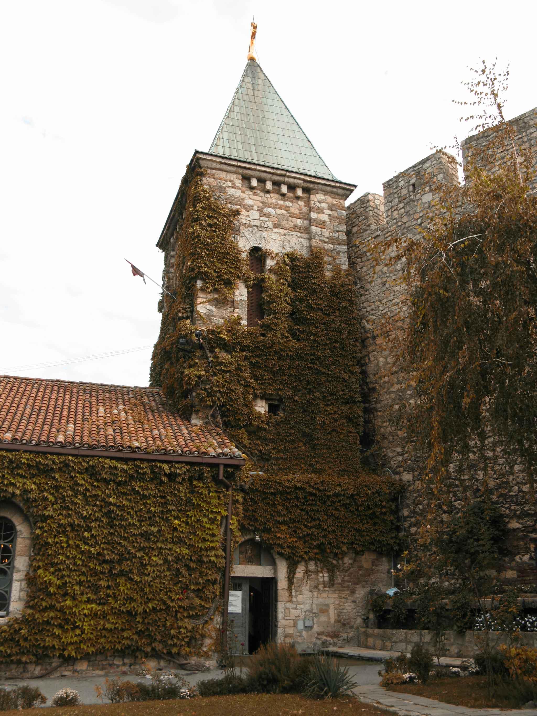 Église Orthodoxe couverte de feuillage, adossée à un rempart