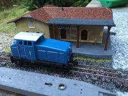 Lima 046 – Gare Lerino avec une locomotive diesel bleue