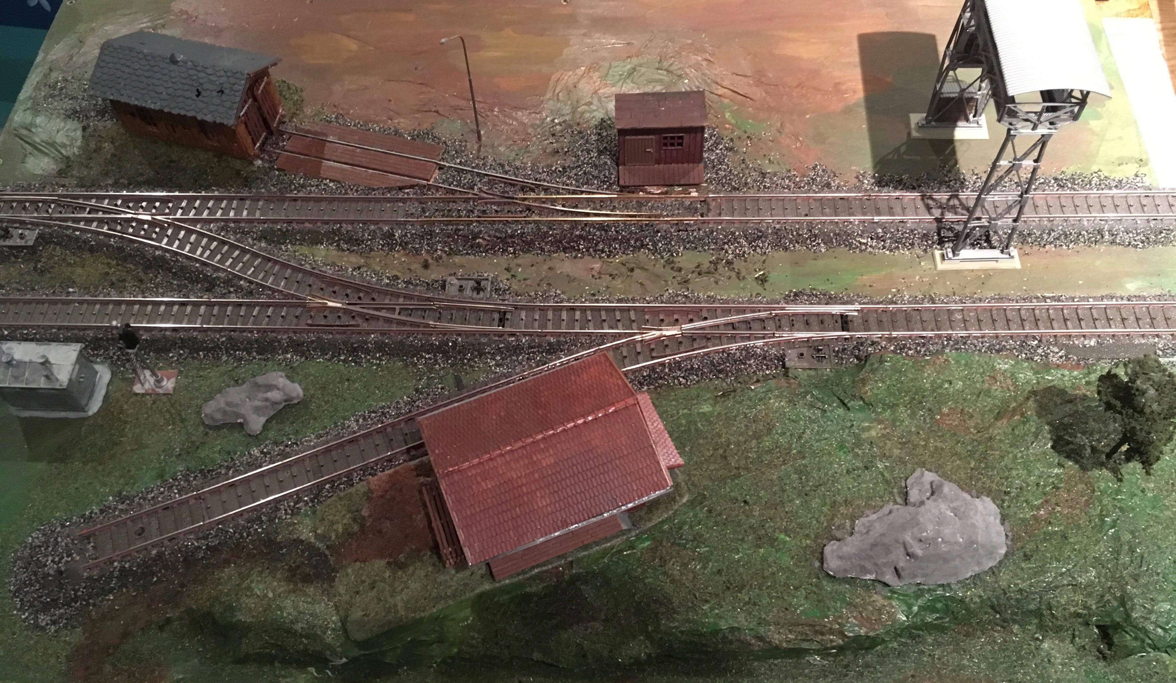 Deux voies de chemins de fer avec quelques bâtiments