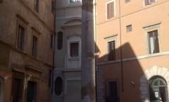 Une colonne dans une cour, devenue parking