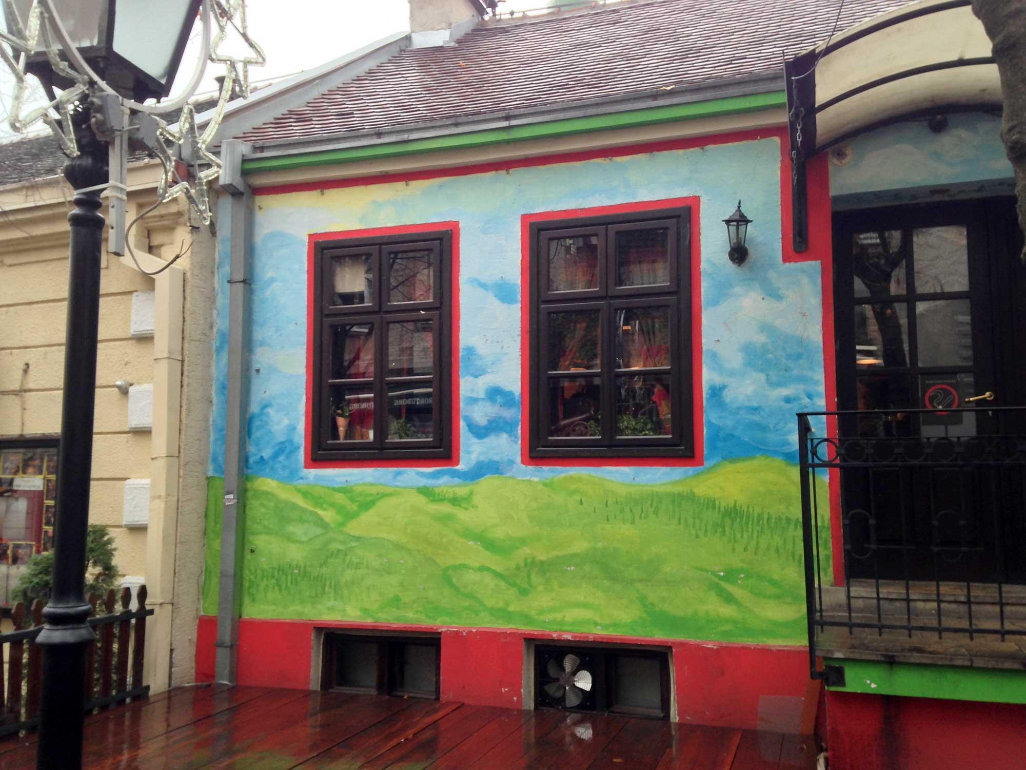 Façade colorée à Belgrade