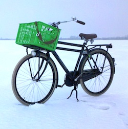 Bike in the white World – Ⓒ amonfog Creative Common Share Alike 2.0