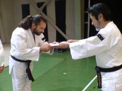 Matthias recevant son 3e Kyū de Kempō