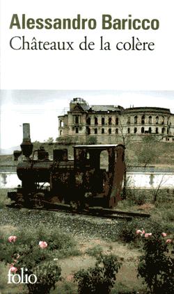 Une locomotive sur deux rails très courts qui rouille devant un palais en ruines.