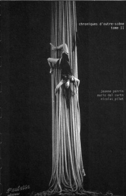 Une femme pendue dans des cordes