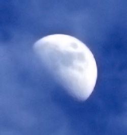 Daytime moon through clouds ⓒ BobMacInnes – Creative Commons Attribution 2.0 Generic