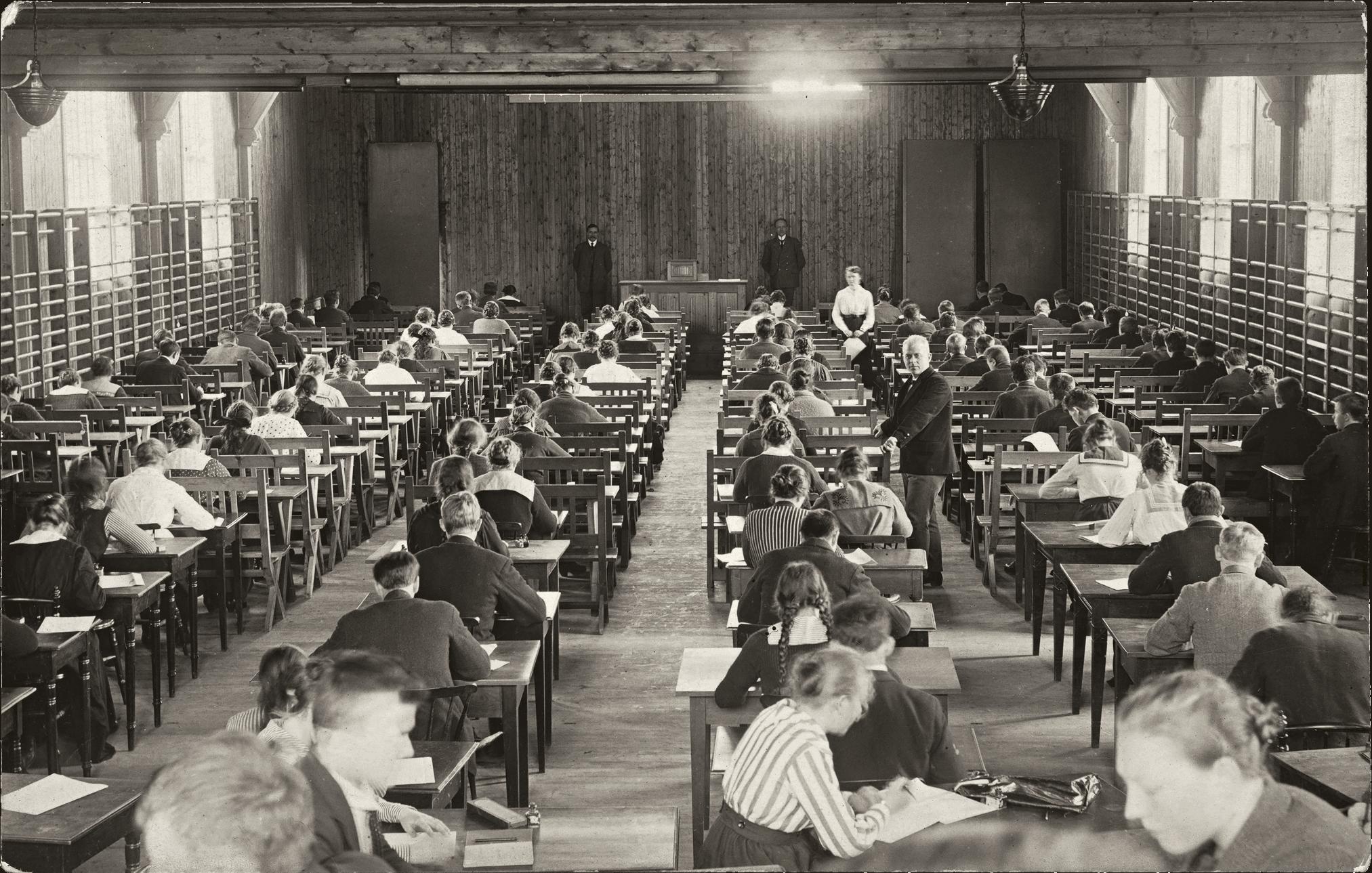 Une classe des années 1920 durant un examen