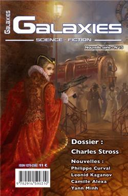 Une jeune femme avec une robe rouge avec un col en fraise avec à la main un fusil mitrailleur devant une foule qui entoure une locomotive à vapeur.