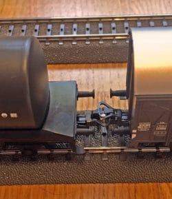 Deux wagons reliés par un attelage long (classique)