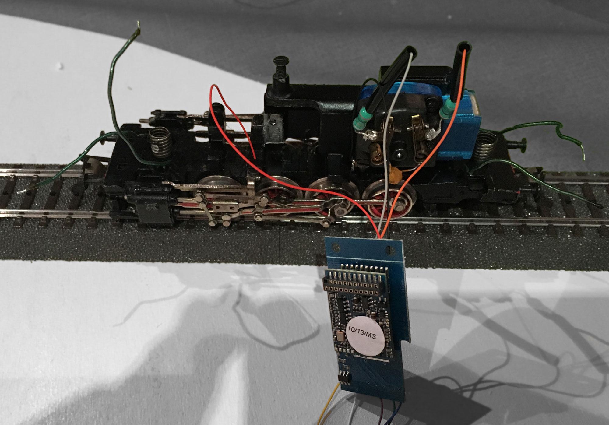 Modèle réduit de locomotive en cours de transformation
