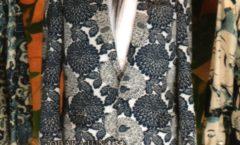 Obarajun – Vitrine avec une chemise avec un motif japonais bleu sur blanc