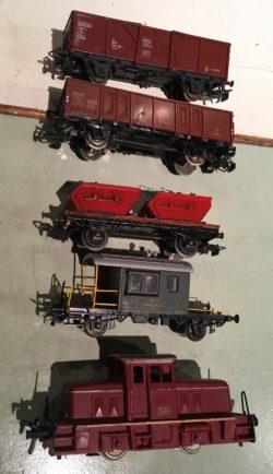 Deux tombereaux, un wagon plat avec deux containers, un sputnik et une locomotive diesel