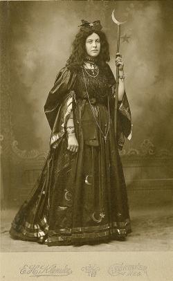 Cosplay avant l'heure – sorcière - 1885 environ